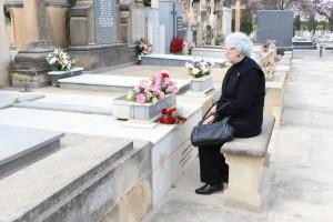 Irene Cartagena Gallud junto a la tumba de su padre en el cementerio de Alicante