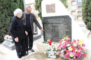 Irene Cartagena y su hijo en uno de los monolitos del cementerio de Alicante donde aparece nombrado su padre
