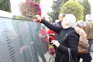 Colocando una rosa en recuerdo de su padre