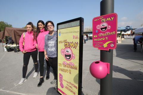 Rojales se convierte en el primer municipio de la provincia en colocar depósitos para reciclar los chicles