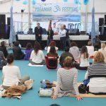 La tercera edición de YogaMar consolida Guardamar como un punto de referencia en el yoga y la vida saludable