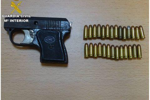 La Guardia Civil detiene a una pareja que utilizaba su domicilio de Rojales para el tráfico de drogas al menudeo e interviene una pistola